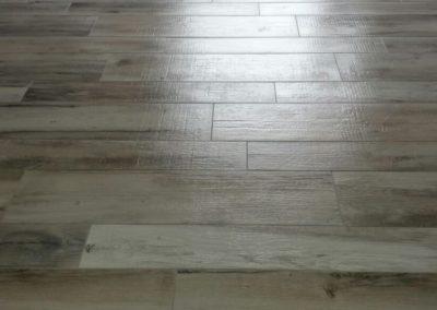Bagno, cucina e pavimento in grès porcellanato con effetto parquet